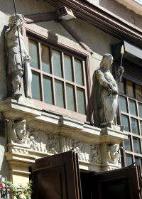 Sandsteinfiguren-über-Eingang
